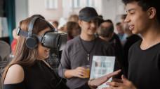 Schüler können dank 3D-Brillen und Virtual-Reality-Videos einen virtuellen Einblick in den Berufsalltag von PTAs und PKAs erhalten. (Foto: Markus Hardt // Dein erster Tag)