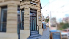 """Im Haus ihrer ehemaligen """"Apotheke am Eugensplatz"""" in Stuttgart ist heute eine """"Apotheke"""" anderer Art, eine Tagesbar mit Café. (Foto: Reinhild Berger)"""