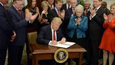 """Donald Trump hat am gestrigen Donnerstag eine""""executive order"""" unterschrieben, um den Abbau von Obamacare voranzutreiben. (Foto:picture alliance / newscom)"""
