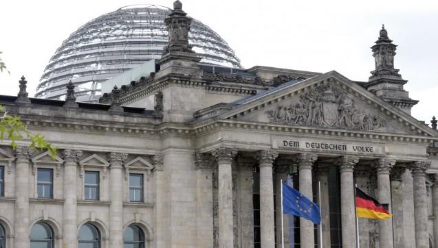 """Das von der ABDA geforderte und von Bundesgesundheitsminister Hermann Gröhe (CDU) geplante Verbot des Versandhandels mit rezeptpflichtigen Arzneimitteln steht einigen Hürden gegenüber. Unter anderem der Frage, ob es zeitlich überhaupt noch in der laufenden Legislaturperiode umsetzbar ist. Über das """"Notifizierungsverfahren"""" muss anderen EU-Mitgliedstaaten die Möglichkeit geben werden, zu dem Vorhaben Stellung zu beziehen. Doch das Gesetz noch vor einem möglichen Regierungswechsel so quasi unter Dach und Fach zu bringen, ist möglich – wenn der notwendige politische Wille vorhanden ist. Eine Petition fordert den Deutschen Bundestag auf, sich gegen das  von Bundesgesundheitsminister Hermann Gröhe geplante Rx-Versandverbot zu  stellen. Das """"Einknicken"""" des Ministers vor der Lobby der  """"überprivilegierten"""" Apotheker sei unbegreiflich, erklärt die Petition.  Doch sie erhält nur einen Bruchteil der nötigen Unterschriften.(Foto: Sket)"""