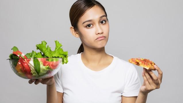 Die Studienlage der Low-Carb-Diäten unterstreicht zwar die Verbesserung der Insulinsensitivität und die erfolgreiche Gewichtsabnahme, doch der Langzeitnutzen bleibt fraglich. ( r / Foto: metamorworks / stock.adobe.com)