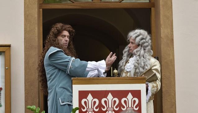 """Ein besonderes historisches Highlight war die inszenierte Begegnung des Sulzbacher Hofkanzlers und Universalgelehrten Christian Knorr von Rosenroth (1636-1689) mit seinem Zeitgenossen, dem berühmten Wanderarzt """"Doktor"""" Johann Andreas Eisenbarth (1663-1727). Eisenbarth stammte aus Oberviechtach (Oberpfälzer Wald), Knorr wohnte im Vorgängerbau des heutigen Apothekenmuseums.(Foto:Peter Raßkopf)"""