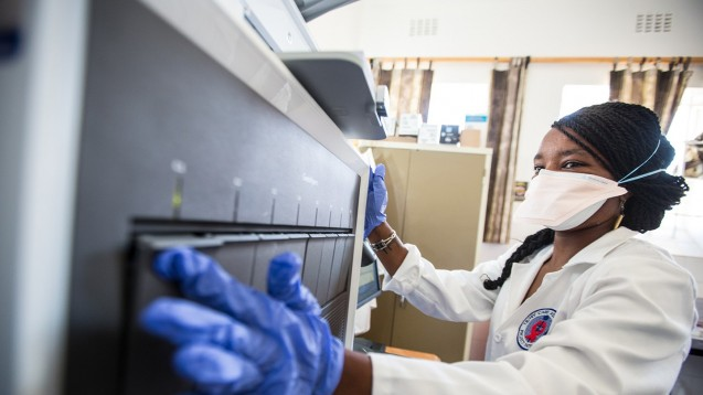 Ein modernes Testgerät, angeschafft mit Geldern des Global Fonds, wird auf einer Krankenstation in Pollsmoor, Südafrika, aufgebaut. Bessere und frühere Checks von Patienten auf TbC werden so möglich. (Foto:The Global Fund / John Rae)