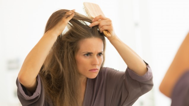 Schuppen sind oft nicht nur ein kosmetisches Problem. (Bild Alliance / Stock-Adobe.com)