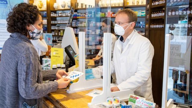 Abstand, Hygiene und Masken bleiben die wichtigsten Instrumente, solange es keinen Impfschutz gegen COViD-19 gibt. (x / Foto: Schelbert)