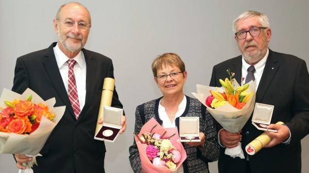 Heinz-Günter Wolf, Monika Koch und Peter Homann: Besondere Auszeichnung für engagierte Apotheker. (Foto: ABDA)
