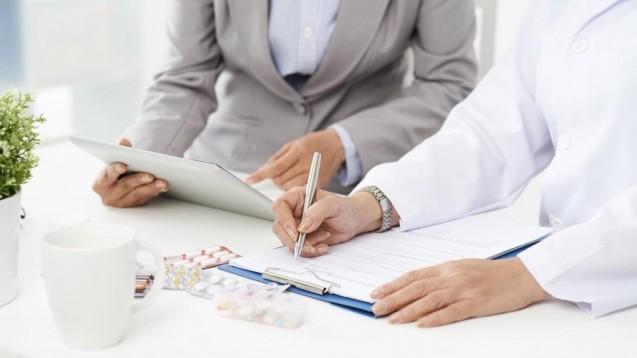 Apotheker bekommen vom BfArM eine Checkliste, die sie bei der Abgabe oraler Retinoide durchgehen sollen. (m / Foto: DragonImages / stock.adobe.com)