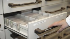 Viele leere Schubladen gibt es derzeit in Apotheken. (m / Foto:imago images / Torsten Becker)