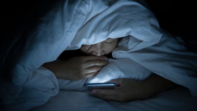 LED emittieren in der Regel viel Blaulicht, das kann den Melatoninspiegel senken und am Abend wach halten. Könnten Nahrungsergänzungsmittel helfen? Wenn ja, handelt es sich dann nicht um Arzneimittel? (c / Foto: reewungjunerr / stock.adobe.com)