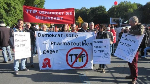 Pharmazeuten bei der Demo im vergangenen Jahr in Berlin: Was folgt mit TTIP für Apotheken? (Bild: VdPP)