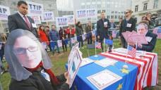Mitglieder der Grünen-Fraktion im Europäischen Parlament protestieren gegen TTIP-Pläne. (Foto: EPA / OLIVIER Hoslet / dpa)