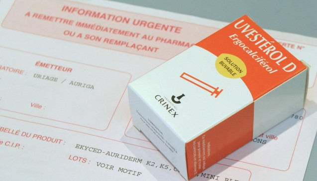 Die französische Arzneimittelbehörde ANSM nimmt sicherheitshalber das Vitamin-D-Tropfen-Präparat Uvestérol D für Kinder vom Markt. Zuvor war ein Säugling gestorben, dem die Tropfen verabreicht worden waren. DAZ.online hat sich inzwischen bei Experten darüber erkundigt, wie sicher Vitamin-D-Präparate für Säuglinge sind. (Foto: dpa)