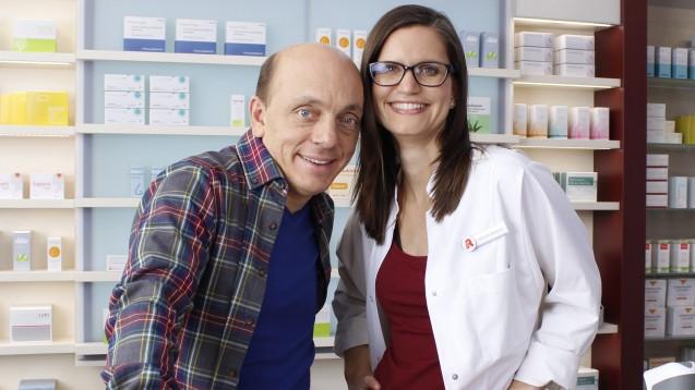 Comedian Bernhard Hoëcker und Apothekerin Daniela von Nida sind ab Donnerstag im Kino zu sehen. (Foto: ABDA)