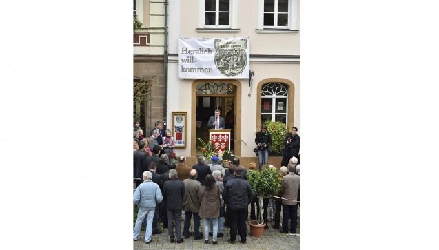Eröffnung des Museums Alte Hof-Apotheke am Sulzbacher Marktplatz am 9. Oktober 2015. In der Tür am Rednerpult spricht der erste Bürgermeister Michael Göth. (Foto:Peter Raßkopf)