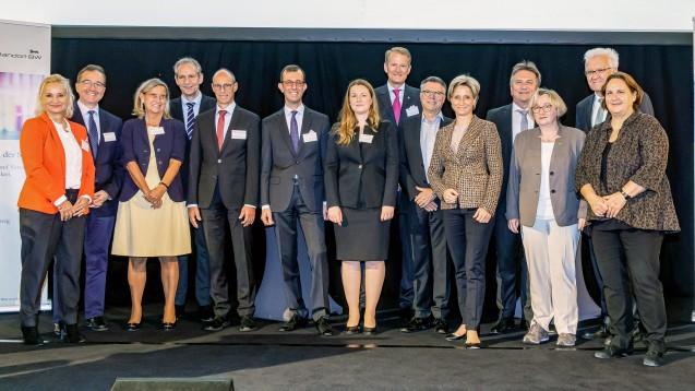 """Theresa Schopper (Grüne/Staatsministerin), Winfried Kretschmann (Grüne/Ministerpräsident), Theresia Bauer (Grüne/Wissenschaftsministerin), Manfred Lucha (Grüne/Sozialminister), Dr. Nicole Hoffmeister-Kraut (CDU/Wirtschaftsministerin) zusammen mit Referenten des """"Forum Gesundheitsstandort BW"""" (v.r.). (s / Foto: imago images)"""