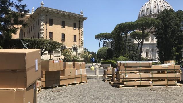 Die Vatikan-Apotheke hat einen neuen Kommissionier-Automaten von Rowa aus Deutschland. Die Anlieferung der Teile war komplex. ( r / Foto: Rowa)