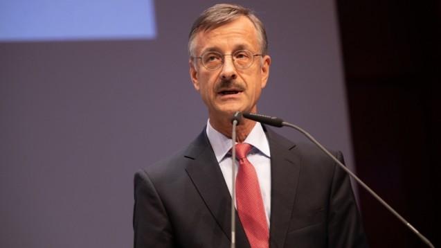 ABDA-HauptgeschäftsführerSebastian Schmitz (hier beim DAT) widerspricht sich in seiner Argumentation selbst, findet DAZ-Redakteur Dr. Thomas Müller-Bohn (Foto: (Foto: Schelbert)