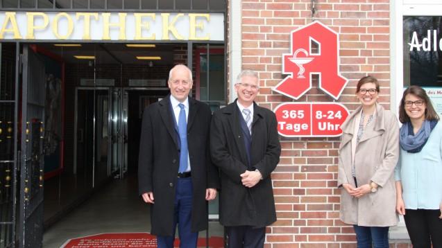 Die beiden FDP-Bundestagsabgeordneten Wieland Schinnenburg und Andrew Ullmann trafen sich mit den Apothekerinnen Wiebke und Heike Gnekow in der Privilegierten Adler Apotheke in Hamburg. (Foto: FDP)