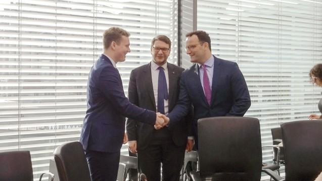 Pharmaziestudent Benedikt Bühler, Marian Wendt (CDU, Vorsitzender des Petitionsausschusses) und Jens Spahn haben sich heute im Petitionsausschuss getroffen. (m / Foto: PTAheute.de)