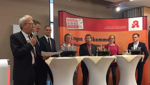 Bei der Diskussionsrunde wurde es zum Teil emotional. Von links nach rechts: Moderator Peter Ditzel (DAZ); Jens Gobrecht (ABDA); Stefan Fink (ThAV); Marion Eich-Born (CDU); Jörg Kubitzki (Linke), Stephanie Erben (Grüne), Carsten Schneider (SPD)  (Foto: jb)