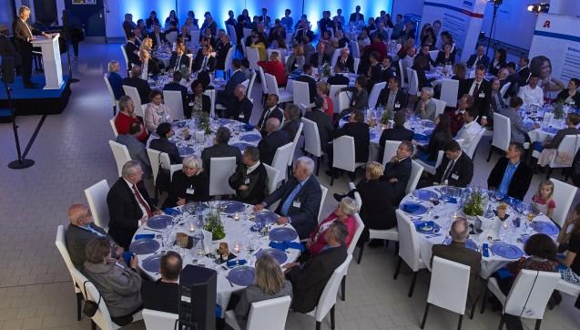 Über 100 Apothekerinnen und Apotheker, Ehrengäste und Böblinger Lokalprominenz feierten die Einweihung. (Foto: Noweda)