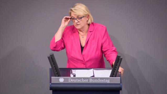Die Grünen-Abgeordnete Kordula Schulz-Asche erkundigt sich beim BMG, wie man dort Nachteile für die Präsenzapotheken verhindern will, wenn Zur Rose an der Entwicklung des E-Rezept-Fachdiensts beteiligt werden soll. (Foto: imago images / Christian Spicker)