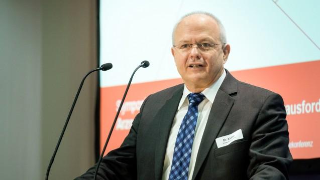 BAK-Präsident Kiefer (hier beim Symposium 2018) erklärte, welche Dienstleistungen für eine Vergütung infrage kommen. (s / Foto: DAZ.online)