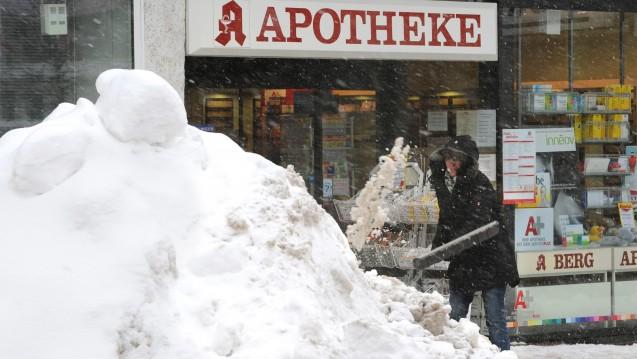 Neuer Aufgabenbereich: In den vergangenen Tagen mussten viele Apotheker in Südbayern durch das Schneechaos mit Einschränkungen leben. (m / Foto: dpa)