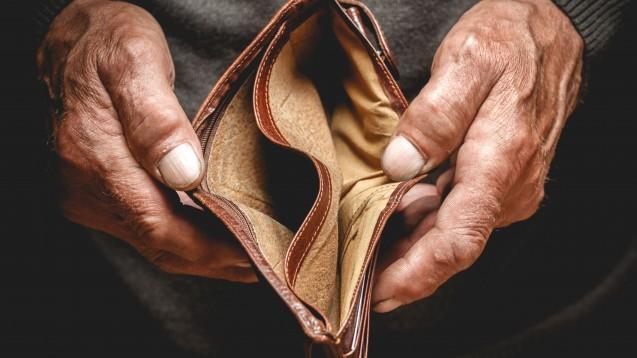 Armut und Gesundheit kommen häuftig nicht gemeinsam daher. Der VdPP fordert, dass die Kassen für Bedürftige auch die Selbstmedikation zahlen – vorausgesetzt sie ist evidenzbasiert. (Foto: perfectlab / Fotolia)