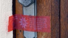 """Inzwischen wieder offen: Nach dem Tod dreier Patienten versiegelte die Polizei die Tür der """"Biologischen Krebsklinik"""". (Foto: dpa)"""