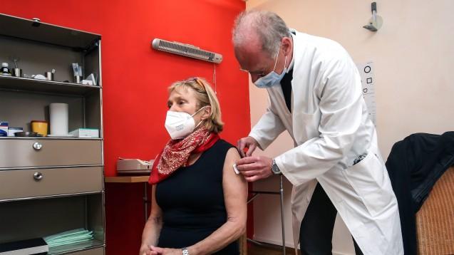 Bisher wird nur in Vertragsarztpraxen gegen COVID-19 geimpft. Die Privatärzt:innen fühlen sich und ihre Patient:innen benachteiligt. (Foto: IMAGO / Wilhelm Mierendorf)