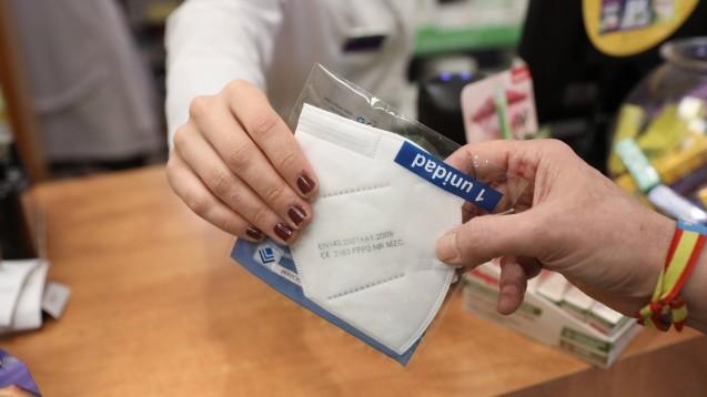 Bundesgesundheitsminister Jens Spahn (CDU) stutzt die Vergütung der Apotheken für die Ausgabe von Schutzmasken von 6 Euro brutto auf nunmehr 3,90 brutto zurecht. (Foto: IMAGO / Lagencia)