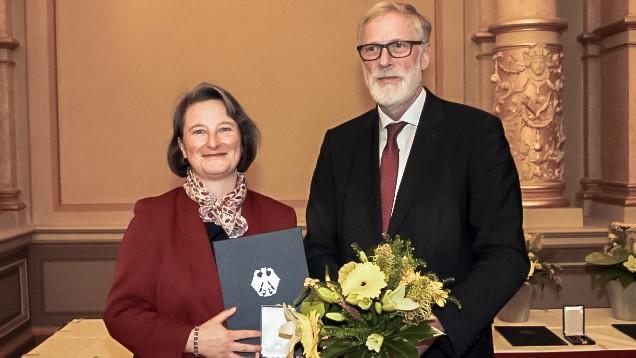 Apothekerin Silke Czerwenka aus Blankenburg wurde von Kultur- und Staatsminister Rainer Robra wegen eines Autismus-Projekts mit dem Bundesverdienstkreuz ausgezeichnet. ( r / Foto: Czerwenka)