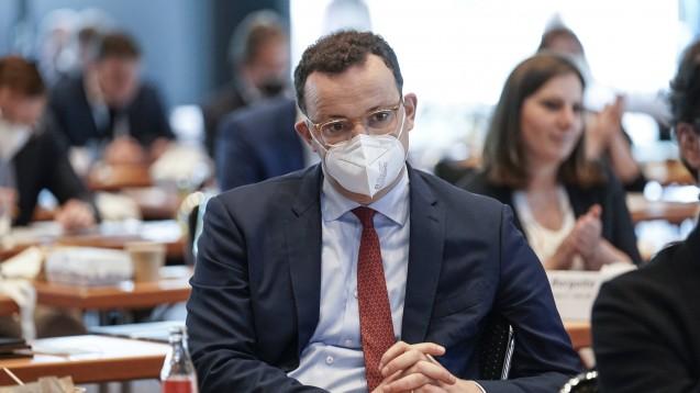 Jens Spahn ist mal wieder unter Beschuss. Diesmal geht es um die Verteilung angeblich minderwertiger Masken. (c / Foto: IMAGO / Political-Moments)