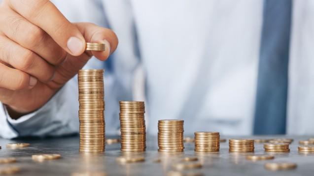 Nur Mut! Denn wer nicht nach einer Gehaltserhöhung fragt, wird wahrscheinlich auch keine bekommen. Ein Gehaltsgespräch sollte aber gut vorbereitet werden. (mg / Foto: rangizzz / stock.adobe.com)