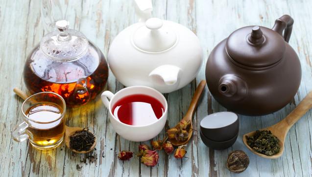 T wie Tee: Teetrinken ist eine beliebte Empfehlung bei einer Erkältung. Spezielle Erkältungstees wirken zumeist schweißtreibend und sollen das Immunsystem aktivieren. Eingesetzt werden in entsprechenden Teemischungen vor allem Holunderblüten, Lindenblüten, Mädesüßblüten und Weidenrinde (z.B. Erkältungstee von Bombastus®, H&S® Erkältungstee, Sidroga® Erkältungstee). Daneben gibt es Teemischungen speziell für Hustengeplagte (z.B. H&S® Husten- und Bronchialtee, Sidroga® Husten- und Bronchialtee, Sidroga® Reizhustentee).(Foto:dream79 / stock.adobe.com)