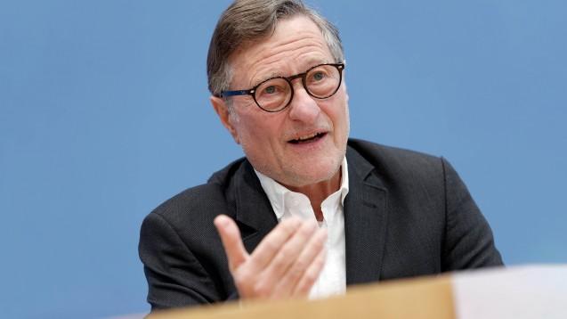 Hartmut Bäumer, Deutschlandchef von Transparency International, fordert den Bundestag auf, bestimmte Formen von Lobbyismus zu sanktionieren. (Foto: IMAGO / Jürgen Heinrich)