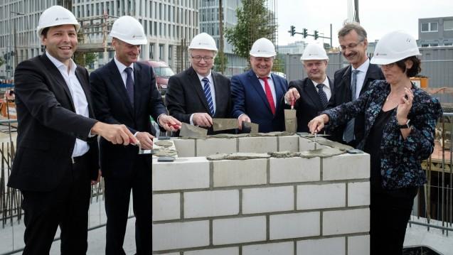 Es geht voran: Am gestrigen Dienstag legte die ABDA den Grundstein für das neue Apothekerhaus. (Foto: Pharmazeutische Zeitung / Wagenzik)