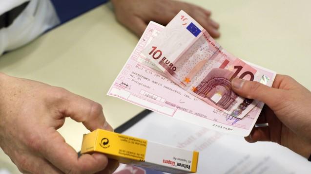 """""""Das macht dann 10 Euro, bitte."""" Beim Patienten entsteht häufig der Eindruck, das Geld verbleibe in der Apotheke. ( r / Foto: Imago)"""