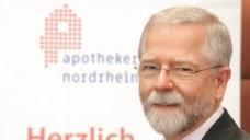 """""""Änderung der Vergütungs- und Kostenerstattungsregelung des Versorgungswerks"""": Kammerpräsident Lutz Engelen trägt den Antrag vor. (Foto: DAZ.online)"""