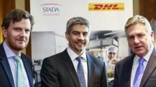 Stada-Vorstand Dr. Matthias Wiedenfels (Mitte) mit Graham Inglis (r.) und Benoit Dumont (l.) bei der gemeinsamen Pressekonferenz von DHL und Stada. (Foto: Stada)