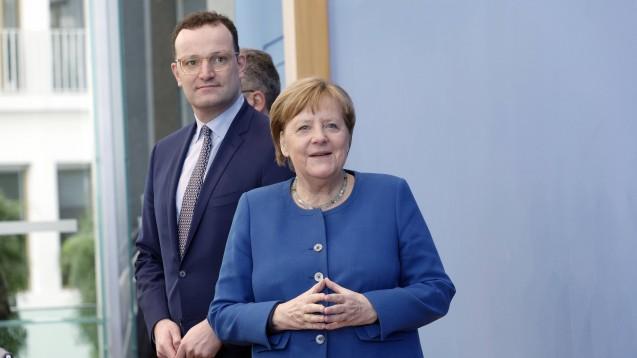 Ausnahmen beim Zuweisungsverbot lehnt die Regierung (hier im Bild: Bundeskanzlerin Angela Merkel und Bundesgesundheitsminister Jens Spahn, beide CDU) konsequent ab. (s / Foto: imago images/Jürgen Heinrich)