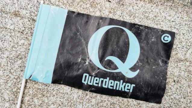 """""""QAnon und Querdenken:Experten warnen vor einer gefährlichen Verbindung."""" Warum, das erklärte das Redaktionsnetzwerk Deutschland im Oktober in einem Artikel. (c / Foto: imago images ZUMA Wire)"""