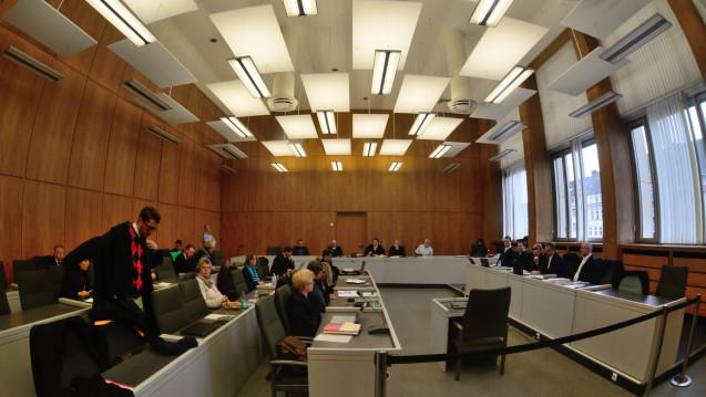 Dem Zyto-Apotheker Peter S. und seinen vier Strafverteidigern (rechts) sitzen bis zu 45 Nebenkläger gegenüber. (Foto: hfd / DAZ.online)