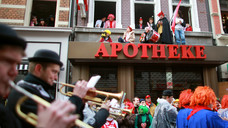 Karneval: In und mit der Apotheke - hier eine Szene aus Köln aus dem vergangenen Jahr. (Foto: dpa)