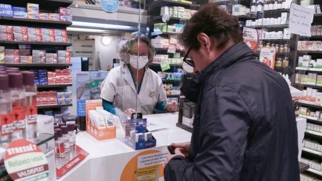 Per Dekret könnte das französische Gesundheitsministerium den Weg frei machen für Corona-Tests in den Apotheken des Landes. Doch der Minister zögert noch. (x / Foto: imago images / Lucas)