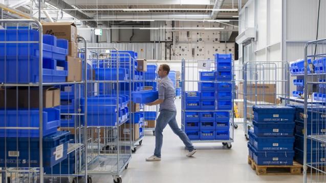 1.200 Behälter pro Stunde sollen durch das neue Logistikzentrum in Rostock-Laage laufen. (s/ Foto: Niklas Grapatin /GEHE)