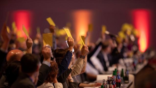 Antrag abgelehnt, in den Ausschuss verfrachtet oder doch gleich zu Ende diskutiert? Wie immer durften die delegierten Apotheker mit ihren gelben Stimmkarten die nächstjährige Apothekerwelt aktiv mitgestalten. Reformiert man die Ausbildung der PTA und PKA? Sollte der Arzt einen Botendienst auf Rezept verordnen dürfen? Wie löst man den Apothekermangel in der Apotheke?