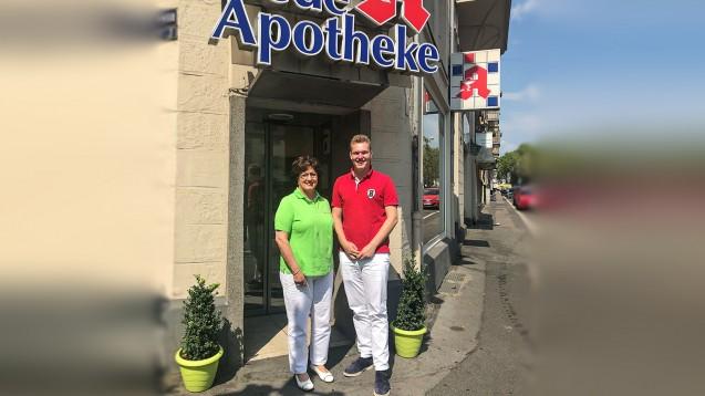 Ursula Funke und Benedikt Bühler haben sich am gestrigen Donnerstag in Funkes Apotheke in Wiesbaden zum Austausch getroffen. ( r / Foto: Funke)