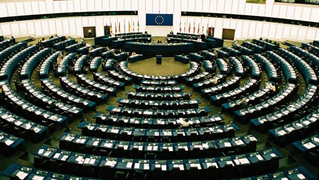 Zwei Abgeordnete aus dem EU-Parlament wollen wissen, wie die EU-Kommission zum geplanten Rx-Versandverbot steht. (m / Foto: Imago)